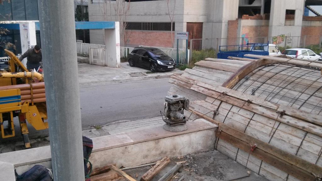 κατασκευή στεγάστρου για ράμπα αυτοκινήτων μπροστά